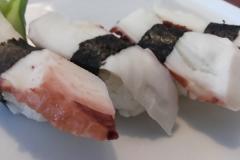 Niguiri Tako (Sushi polvo bolinha de arroz com fatia de polvo em cima)