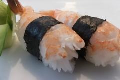 Sushi ebi ( bolinha de arroz com camarão cozido em cima)